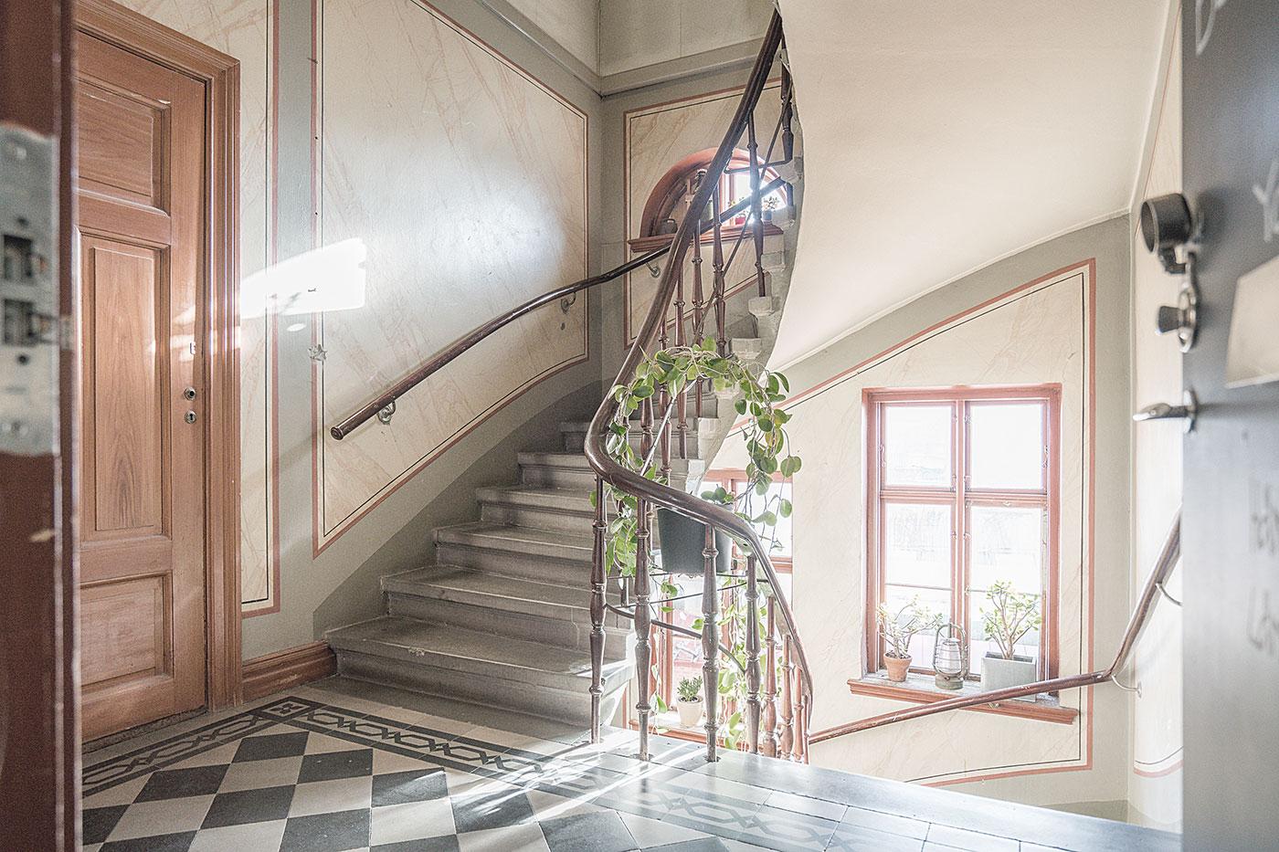 Äldre trapphus med fönster