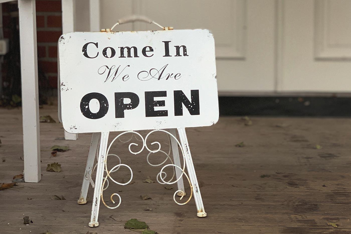 Skylt välkommen in - come in we are open